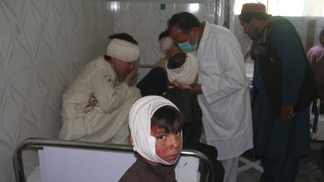 Foto: Un médico atiende a varias personas heridas tras la explosión de un coche bomba en Afganistán, 7 julio 2019