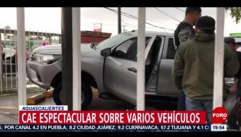 FOTO: Cae espectacular sobre varios vehículos en Aguascalientes, 13 Julio 2019