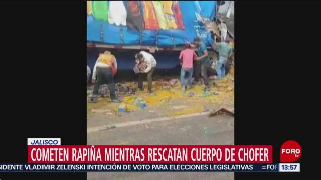 FOTO: Cometen rapiña mientras chofer se calcinaba tras volcar su tráiler en Jalisco