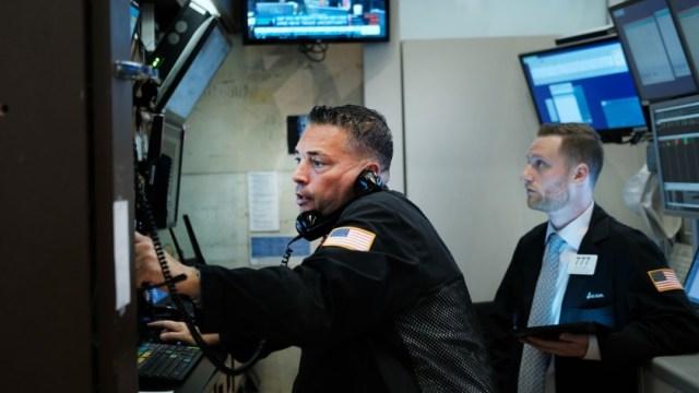 Foto: Los comerciantes trabajan en el piso de la Bolsa de Nueva York (NYSE) 2 de julio de 2019 en la ciudad de Nueva York (Getty Images)