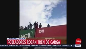 FOTO: Con hacha en mano saquean vagones de un tren en La Cañada, Puebla