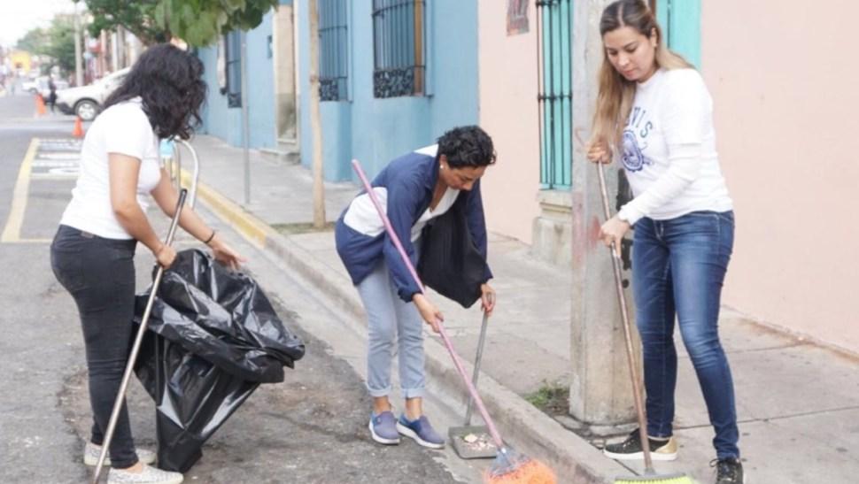 Foto: Ciudadanos salieron a limpiar las calles, 14 de julio de 2019 (Twitter @SNEOaxaca)