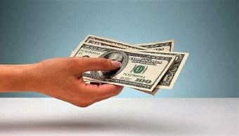 Camarera encuentra más de 5 mil dólares en hotel de Tepeji del Río y los regresa