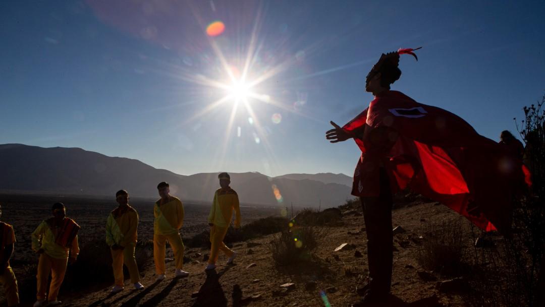 Foto: Personas esperan el eclispe solar en La Higuera, Chile, 2 de julio de 2019, Chile