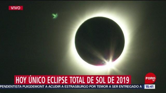 FOTO: Eclipse total de sol llega a su punto máximo