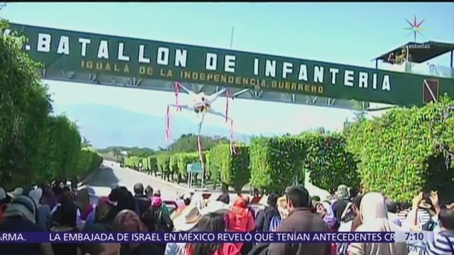 Familiares de 43 normalistas de Ayotzinapa entran al 27 Batallón de Iguala