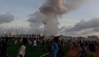 Foto: Cientos de personas corren después de explotar un coche comba en la ciudad de Kismayo, Somalia. El 12 de julio de 2019