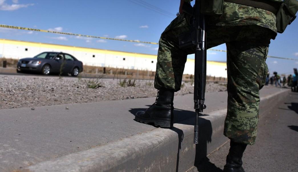 Foto: Un militar mexicano custodia la escena de un crimen en Ciudad Juárez. El 24 de marzo de 2010