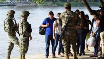 Foto: Elementos del Ejército mexicano hablan con personas que cruzaron el río Suchiate en la frontera entre México y Guatemala. El 16 de junio de 2019