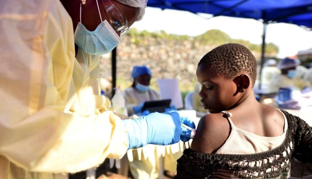 Un trabajador administra vacuna contra el ébola a un niño en el Centro de Salud Himbi en Goma, en la República Democrática del Congo. Foto del 17 de julio de 2019