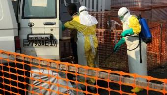 Foto: Personal médico limpia una ambulancia en la ciudad de Goma, Congo. El 18 de julio de 2019. Reuters