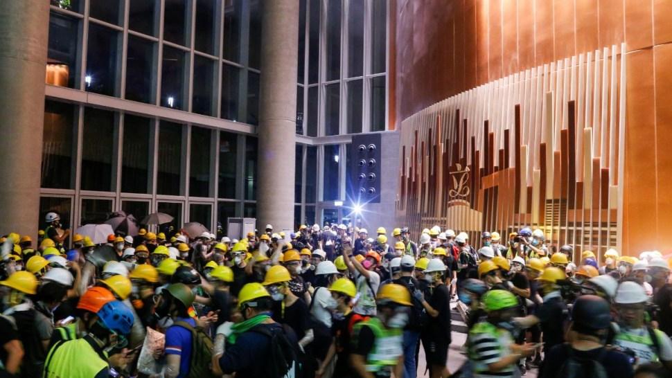 Foto: Cientos de manifestantes invadieron el Parlamento de Hong Kong. El 1 de julio de 2019