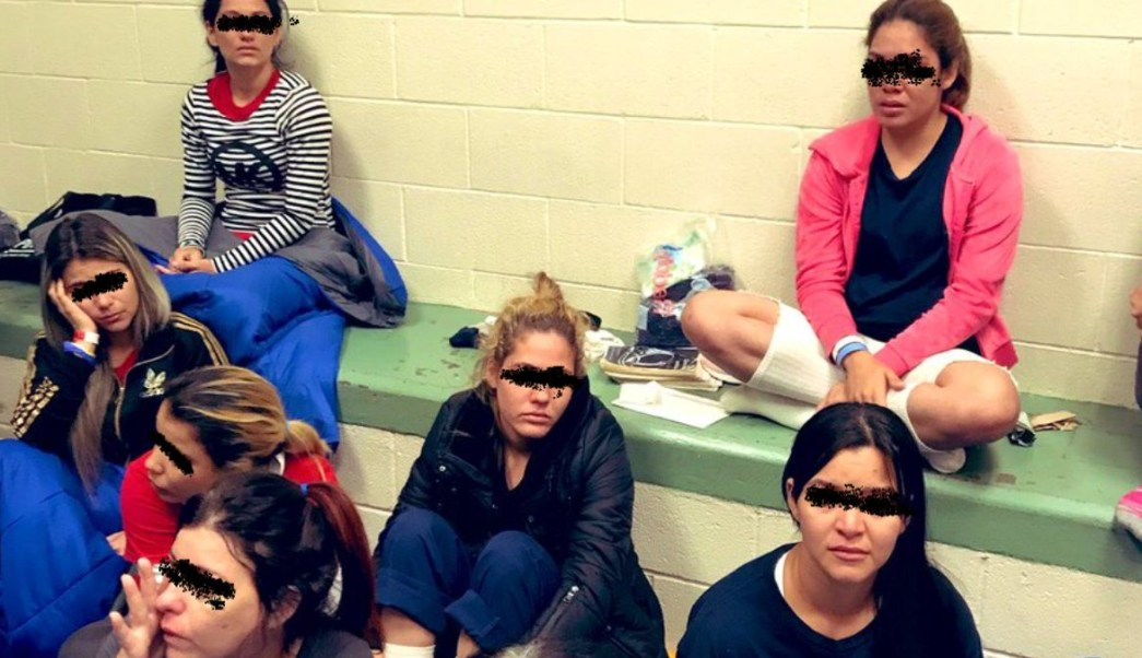 Foto: Un grupo de mujeres sentadas en un centro de detención en el Paso, Texas, EEUU. El 1 de julio de 2019