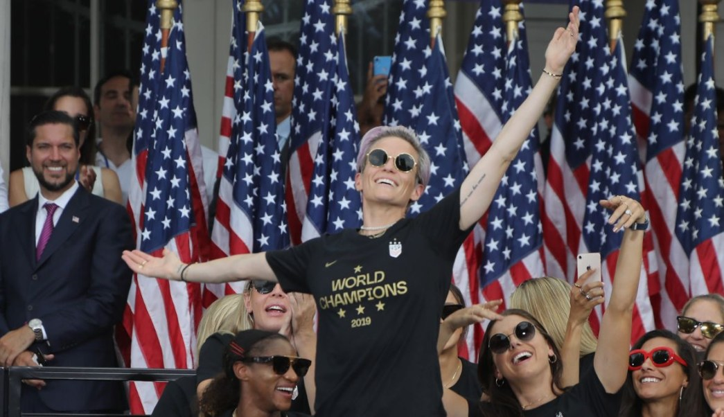 Foto: Megan Rapinoe celebra ante una multitud en Nueva York, EEUU. El 10 de julio de 2019
