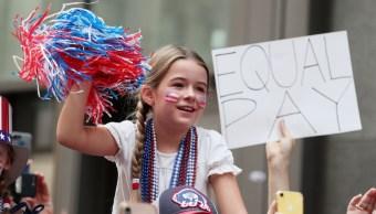 Foto: Una niña sostiene un cartel con la leyenda igualdad de salarios. El 10 de julio de 2019