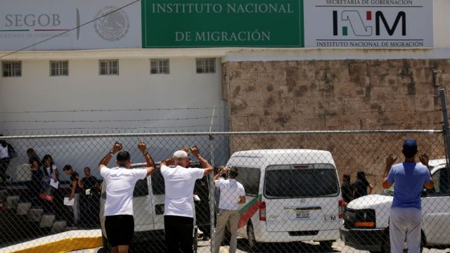 Foto: Un grupo de migrantes llega a las instalaciones del Instituto Nacional de Migración (INM) en Ciudad Juárez, México, tras ser deportados de Estados Unidos. El 22 de junio de 2019