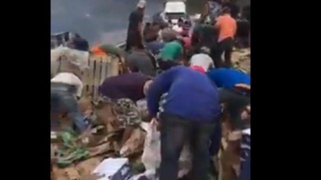 Foto: Un grupo de pobladores roban la carga de un tráiler volcado en la carretera Guadalajara-Tepic, en Jalisco