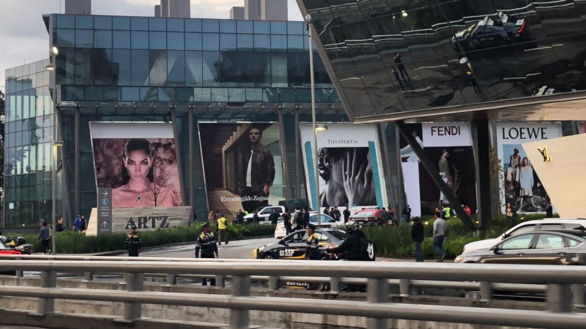 Foto: Policías custodian la Plaza Artz Pedregal en la Ciudad de México