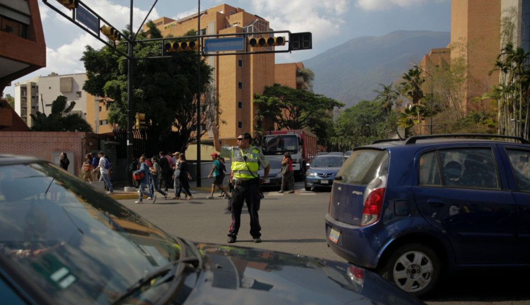 Foto: Un policía de tránsito dirige a los automóviles tras el apagón en Caracas, Venezuela. El 25 de marzo del 2019