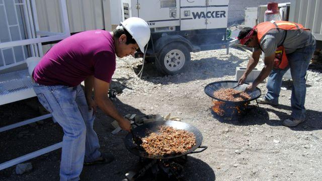 """Fotos: Dos albañiles calienta comida en una construcción por la celebración del """"Día de la Santa Cruz"""". El 3 de mayo de 2014"""
