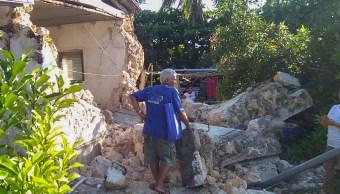 Foto: Un residente observa casas dañadas tras el sismo en las islas Batanes, al norte de Filipinas. El 27 de julio de 2019. AP