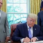 Foto: El presidente Donald Trump firma un paquete de ayuda humanitaria para migrantes centroamericanos. El 1 de julio de 2019