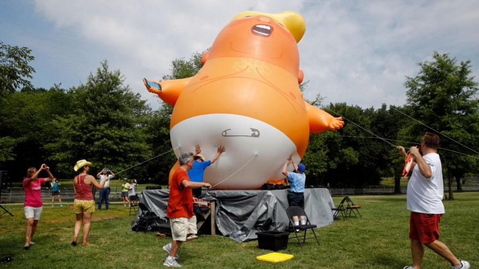 """Foto: Preparan el globo del """"Bebé Trump"""". El 4 de julio de 2019"""