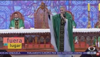 Fuera de Lugar: Mujer empuja a sacerdote, en Brasil