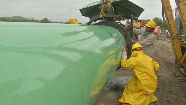 Foto: Un grupo de trabajadores reparan un gasoducto, 9 julio 2019