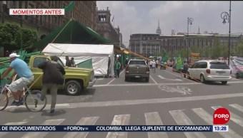 Hombre choca con bicicleta y cae al piso, en el Zócalo