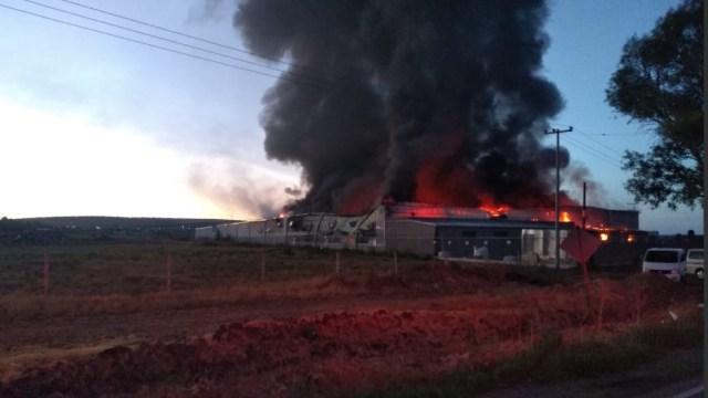 Foto: incendio en fábrica textil de Aguascalientes, 1 de julio 2019. Twitter @SSPEags