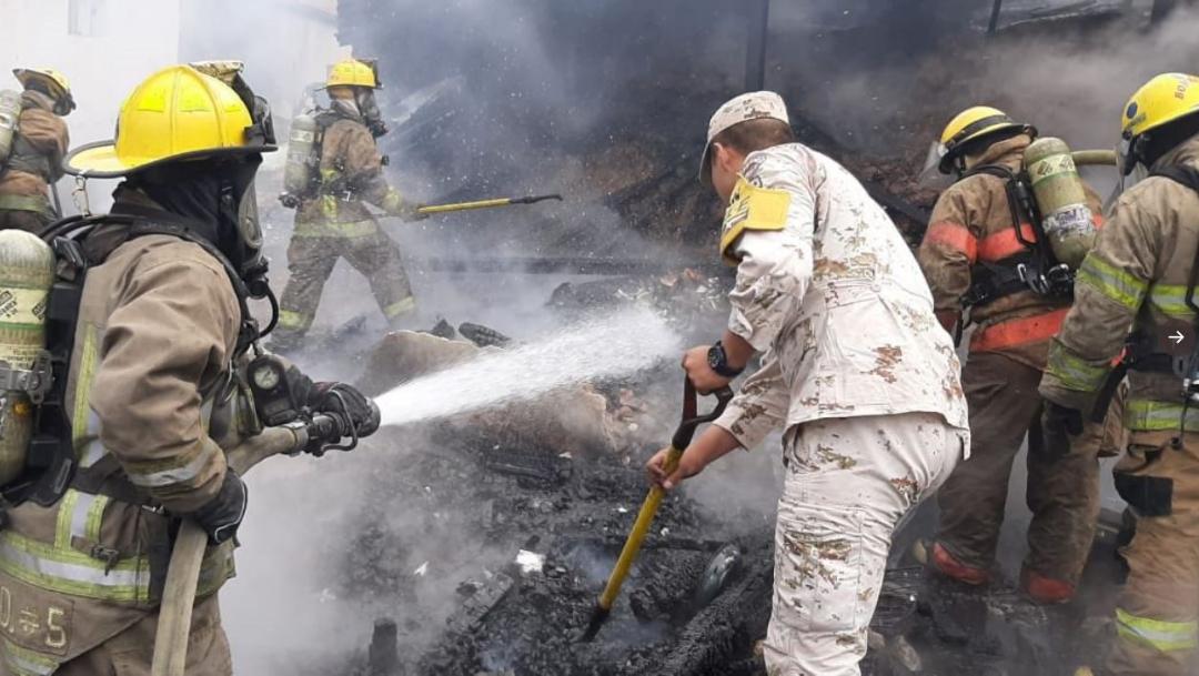 Foto: Elementos del Ejército Mexicano aplican el Plan DN-III-E tras incendio en un domicilio particular en Nogales, Sonora, 31 julio 2019