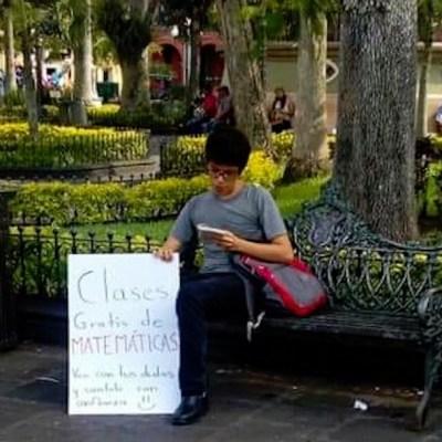 Joven ofrece clases de matemáticas en un parque y se vuelve viral