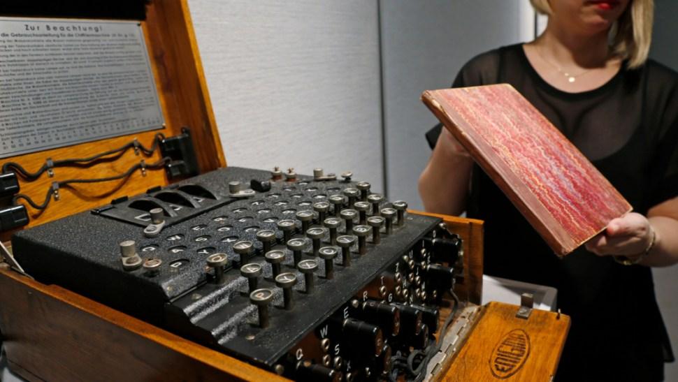 FOTO Alan Turing será rostro del nuevo billete de 50 libras; en la imagen, una máquina Enigma (AP)