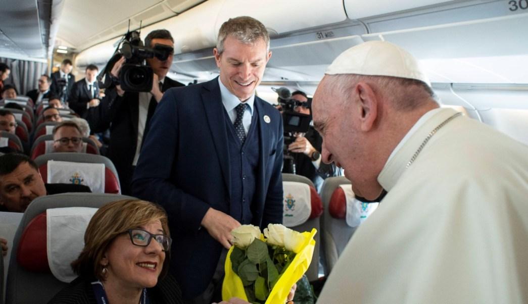 Foto: Matteo Bruni y el papa Francisco, 23 de enero de 2019, avión papal