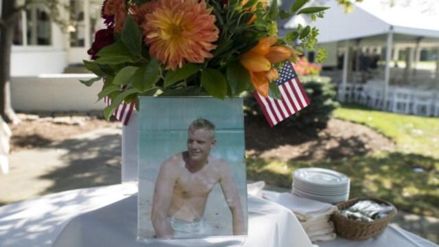 Fotografía de Neil Armstrong de joven se muestra en una mesa durante una conmemoración en Cincinnati, Ohio, 24 julio 2019