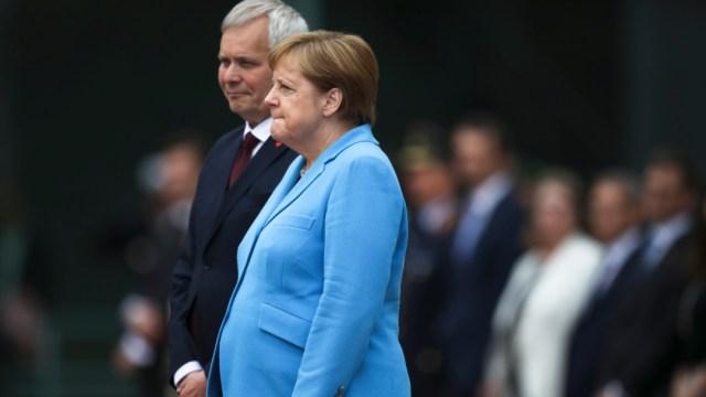 Merkel sufre nuevos temblores, tercera ocasión en un mes