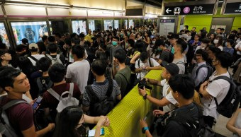 Foto: Manifestantes en el metro de Hong Kong, 30 de julio de 2019