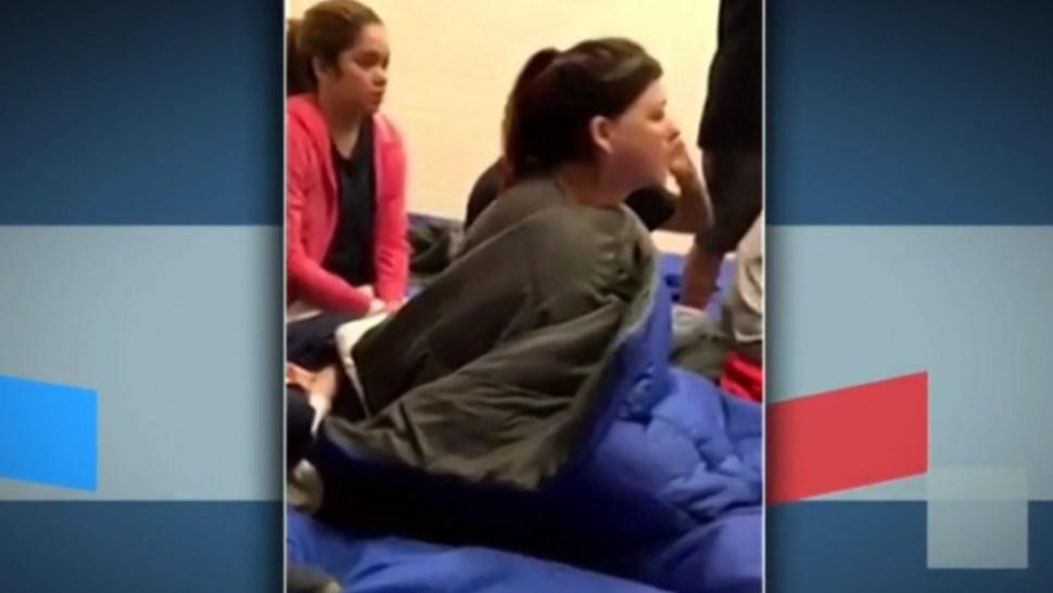 Foto: Divulgan imágenes de mujeres migrantes hacinadas en una instalación de Texas, Estados Unidos