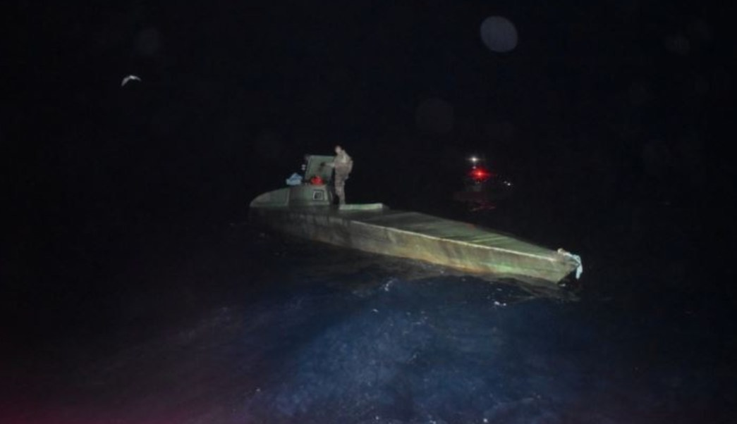 Foto: Los marinos descubrieron a los traficantes en altamar y tras perseguirlos un agente salta sobre el semisumergible, 12 julio 2019