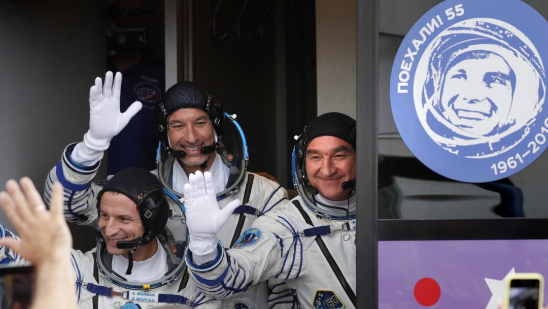 Foto: Sus tripulantes llevan en sus escafandras un distintivo especial para conmemorar el 50 aniversario de la misión del Apolo 11 a la Luna, 20 de julio de 2019 (AP)