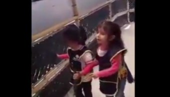 Niña invidente enseña a usar un bastón guía a su compañera