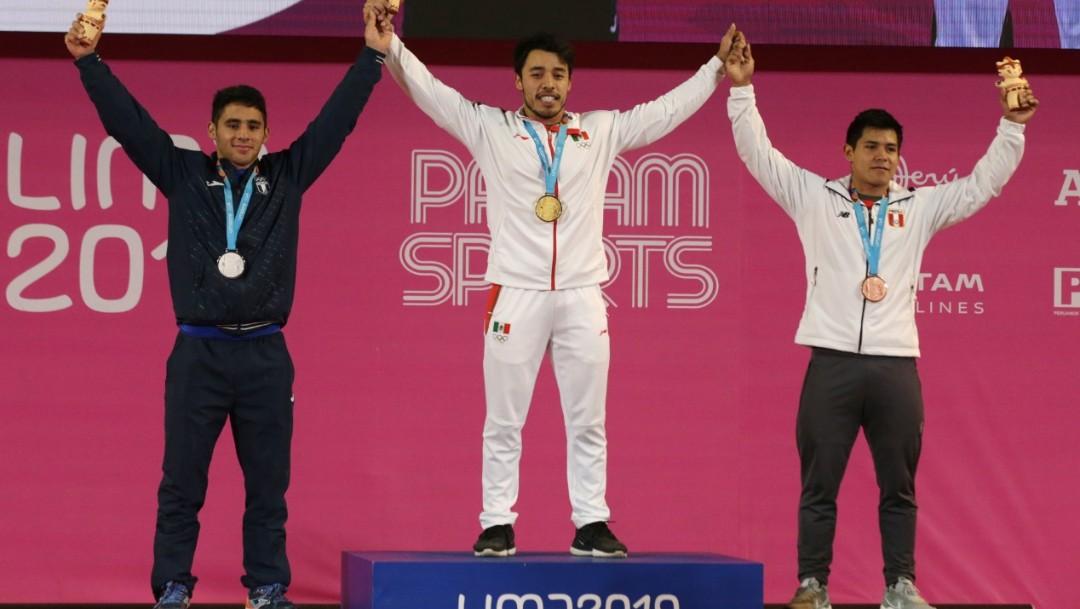 Foto: El mexicano Jonathan Muñoz (Centro) en el podio en los Juegos Panamericanos, el 27 de julio de 2019 (Reuters)