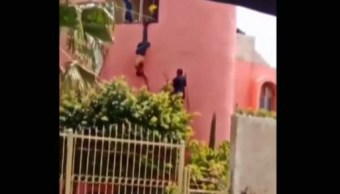Presunto delincuente intenta huir y lo agarran como 'piñata'