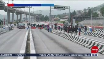 Protestan familiares de los 43 normalistas desaparecidos en autopista México-Cuernavaca