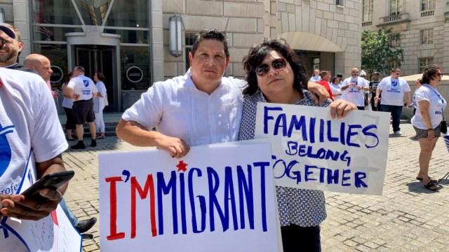 Personas protestaron contras los planes del gobierno de Donald Trump de lanzar una ofensiva para atrapar a inmigrantes, 13 julio 2019