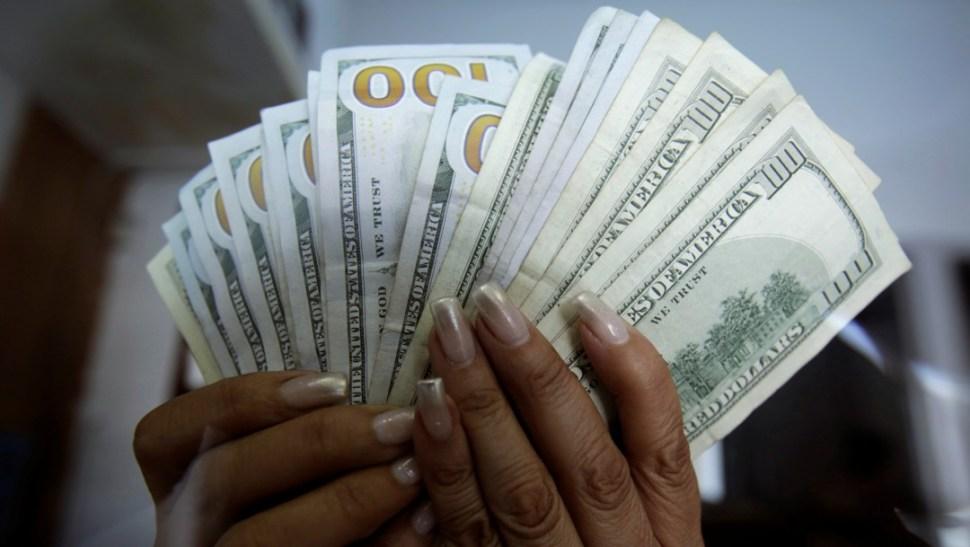 Foto: Mujer cuenta dólares en Ciudad Juárez, Chihuahua, 1 de julio de 2017. México