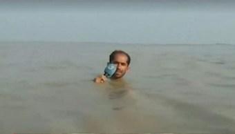 Foto: El reportero paquistaní Azadar Hussain apareció frente a millones de televidentes con el agua hasta al cuello, 31 julio 2019