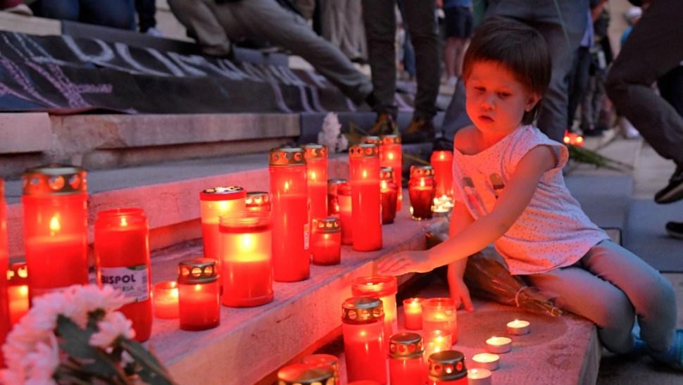 Foto: Rezan por adolescente secuestrada y asesinada en Rumania