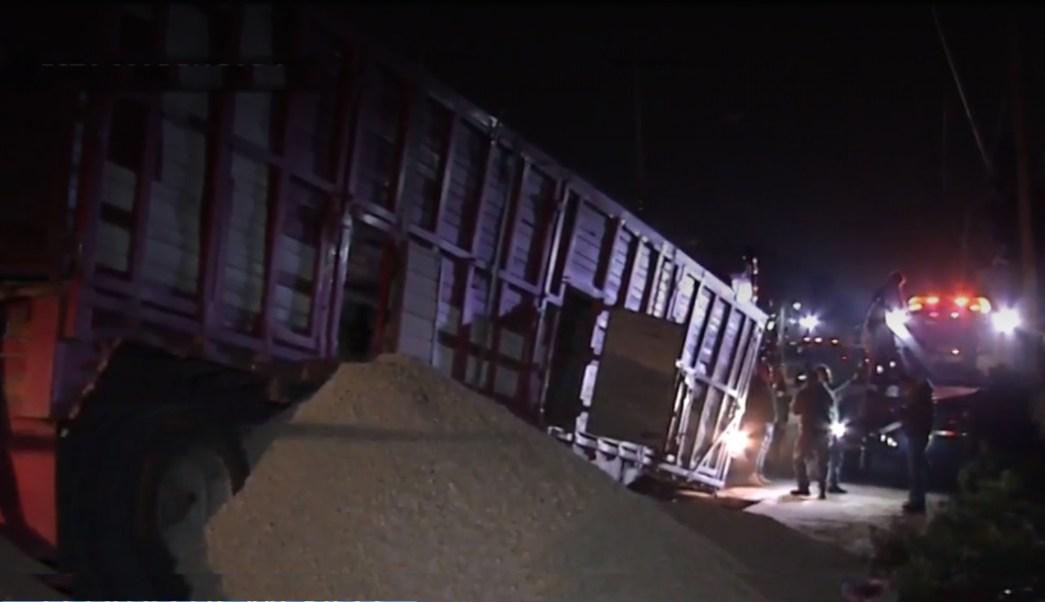 Foto: Un camión cayo dentro de un socavón sobre la avenida Manuel Ávila Camacho, en la colonia El Chamizal, en Ecatepec, Estado de México, 12 julio 2019